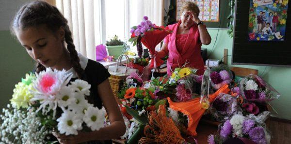 Врачам и учителям запретят принимать любые подарки, кроме цветов