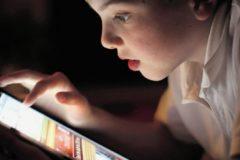 Большинство родителей российских подростков считают интернет опасным для детей