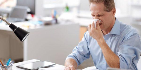 Две трети россиян с ОРВИ предпочитает болеть на работе