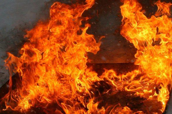 В якутском поселке молодой человек вынес из огня двоих детей и их бабушку-инвалида