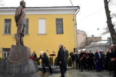 Памятник писателю Александру Солженицыну открыли в Москве
