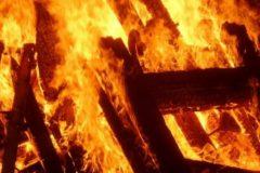 В Карелии полицейский спас от ночного пожара мужчину с детьми