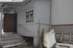 Власти Псковской области купят квартиру для пенсионера, живущего в привокзальной пристройке