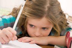 Вместо или вместе: более половины родителей помогают детям с домашним заданием
