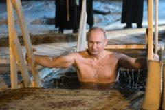 Владимир Путин на Крещение окунулся в прорубь в Подмосковье