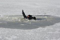 В Приволжье подростки спасли провалившегося под лед мужчину