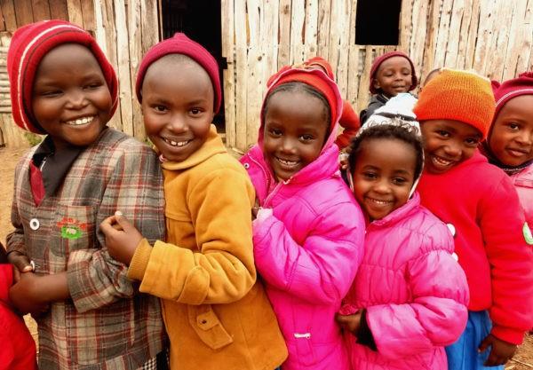 В цветных шлепанцах среди нищеты и гниения. Зачем помогать африканским детям