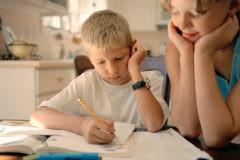 «Не хочу делать домашку». Как родителю преодолеть соблазн взять все в свои руки
