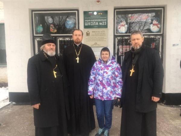 Священники-спасатели Шахтинской епархии помогают жителям пострадавшего от взрыва газа дома