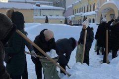 Саратовских учителей отправили на морозе собирать снег в мешки