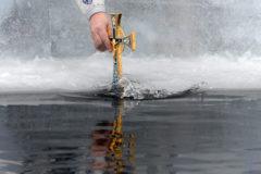 На Крещение православные священники освятят воду всех океанов планеты