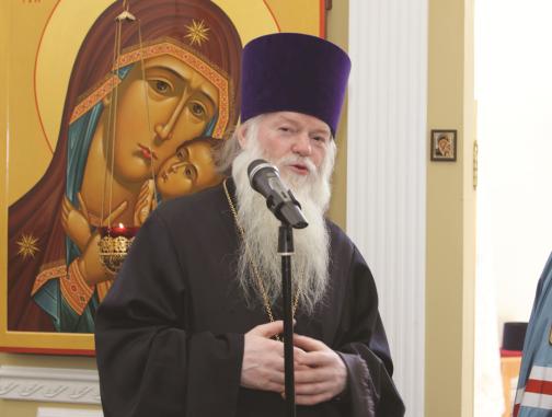 Жуковский 78-летний священник помогает дворникам убирать снег перед храмом