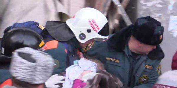 Спасатели, доставшие Ваню Фокина из-под завалов, навестили его в больнице