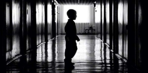 Детей, оставленных в закрытой квартире в Москве, временно отправят в приют