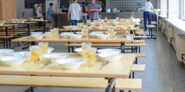Роспотребнадзор рассказал, какую еду школьники смогут приносить из дома