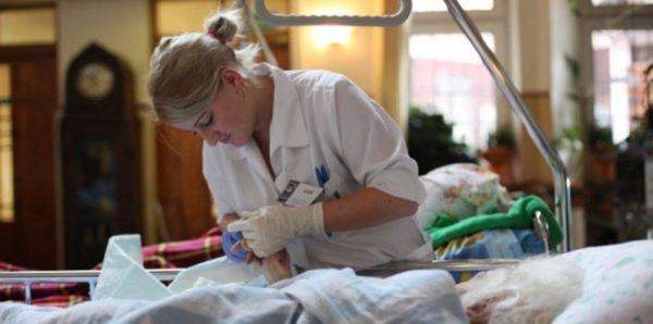 В Госдуме предложили обучать в вузах врачей паллиативной помощи