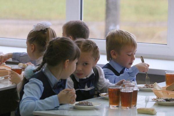 Манная каша или гречка с мясом. Почему школьники падают в голодные обмороки