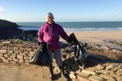 «Люди думают, что это исправительные работы». За год 70-летняя британка убралась на 52 пляжах