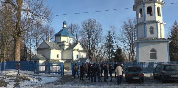 В Ивано-Франковской области Украины сторонники новой украинской церкви опечатали храм УПЦ
