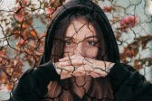 «Смотри, что на руках повылазило». Екатерина живет и борется с псориазом