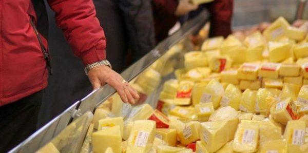 Роспотребнадзор нашел фальсификат в 7-8% проб молока и сыра