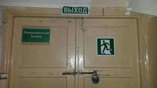 В школе Владивостока детям во время пожара пришлось выламывать эвакуационные выходы – они были заперты