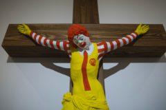 В Израиле экспозиция с распятым клоуном из McDonald's вызвала скандал в обществе