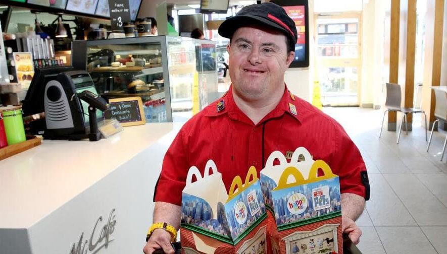 «Инвалидом я был в школе, а теперь работаю в ресторане». Как мужчина с синдромом Дауна стал знаменитостью в своем городе