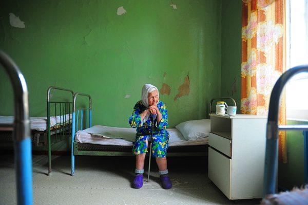 «А бабушкам пора на погост». В Новгородской области закрывают больницы и будут лечить эффективно
