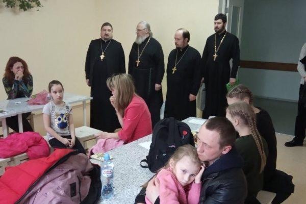 Священники помогают пострадавшим в ДТП в Калужской области