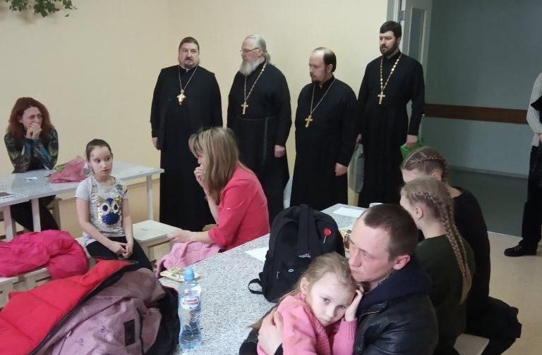 Кому-то нужно выговориться, кому-то — причастить ребенка. Как священники помогают пострадавшим в ДТП
