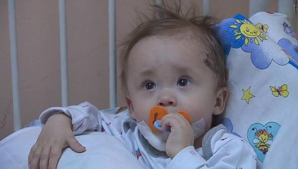 Спасенного из-под завалов дома в Магнитогорске младенца выписали из больницы