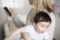 Люди ласкают телефоны, но только не детей. Если не баловать ребенка вниманием, он закроется