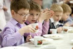 «Суп холодный, макароны несоленые». Почему в школе наши дети целый день ходят голодными