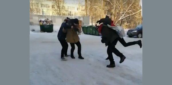 Следователи проверят видео со школьниками, избивающими бездомных