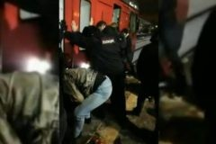 В Подмосковье пассажиры раскачали вагон электрички, чтобы спасти прижатого к платформе мужчину