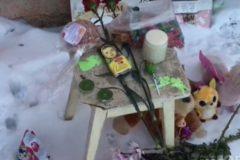 Кировчане принесли цветы и игрушки к дому, где погибла трехлетняя девочка