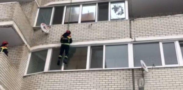 В Саратове двух голых детей оставили в квартире с открытыми окнами