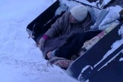 В Татарстане жительницу деревни довезли до скорой в ковше трактора