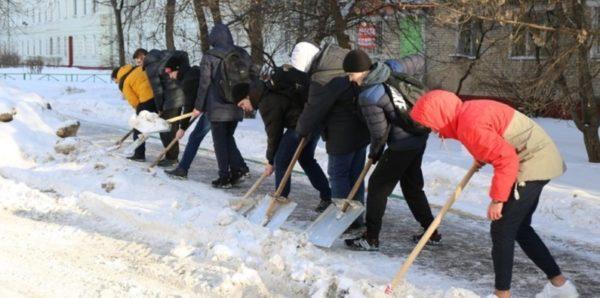 В Уфе наказали учительницу, которая заставила школьников убирать снег