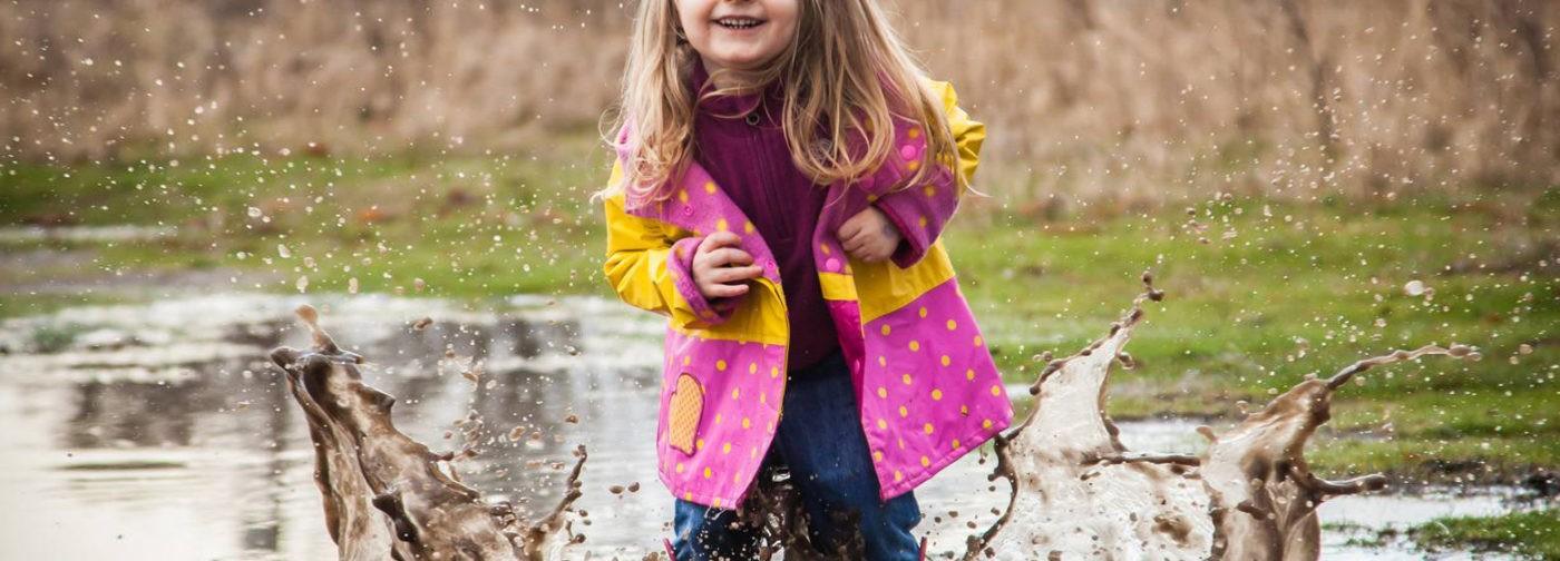 Нельзя наказывать за то, что детям шесть лет и им нравятся лужи. Но принимать плохое поведение тоже не нужно