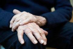«Джоанна первая заметила мой тремор». Как семья может помочь родным с болезнью Паркинсона