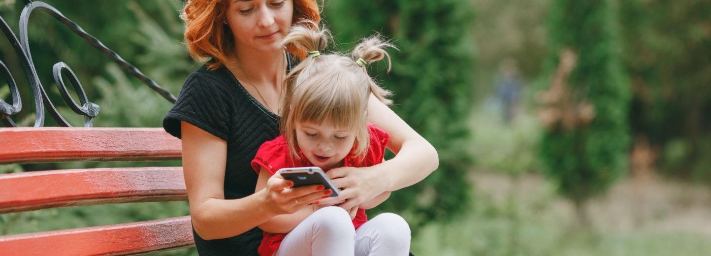 «Родители требуют, чтобы я оторвалась от телефона, но сами сидят, уткнувшись в свой». 4 правила против двойных стандартов в семье