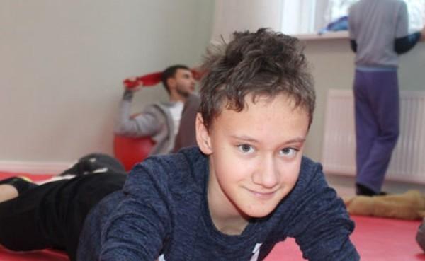Врач пообещал, что после операции Егор будет бегать. Но у него двигались только глаза