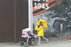Ростовчане помогли молодой маме, которой пришлось работать курьером с младенцем