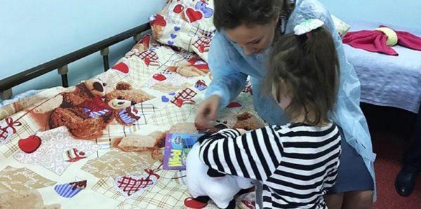 Девочку, найденную в замусоренной квартире в Москве, выписывают из больницы