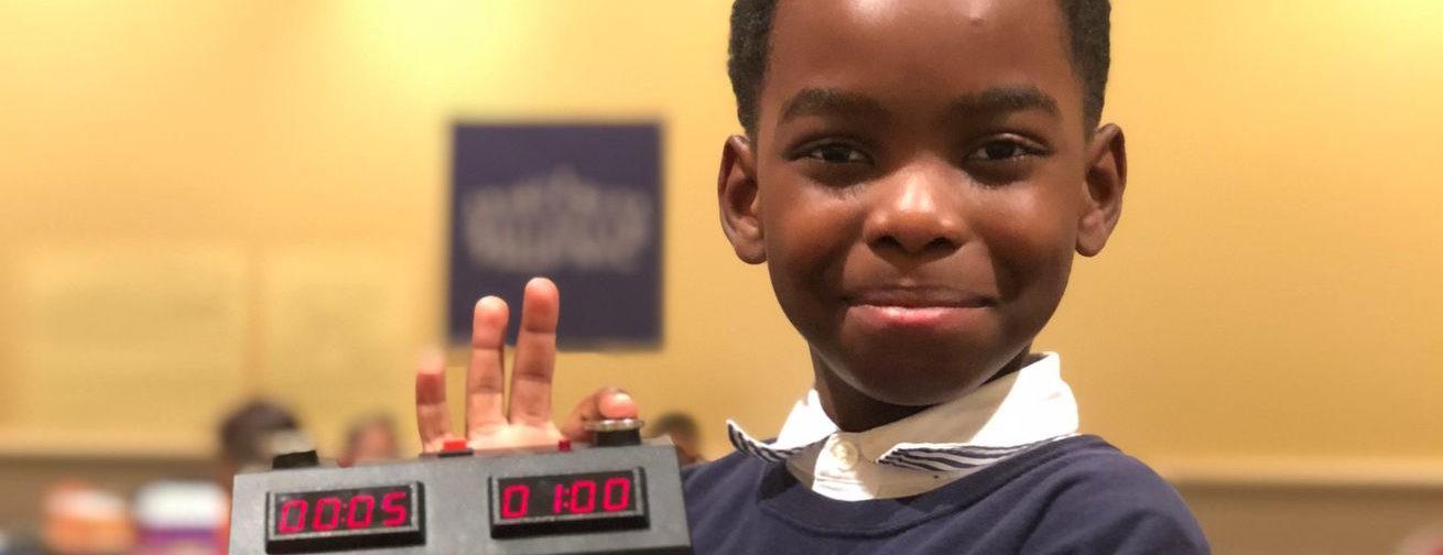 Лучший начинающий шахматист Нью-Йорка – беженец из Африки. Как 8-летнему мальчику всей страной собрали на новый дом