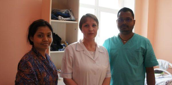 Жители Екатеринбурга помогли индийской семье, оказавшейся в городе без теплых вещей