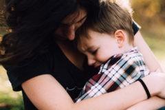«Если ваши дети плохо себя ведут – обнимайте их». Мы стремимся наказать, но в гневе им нужно утешение