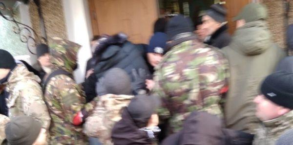 Радикалы и раскольники захватили храм УПЦ в Тернопольской области Украины